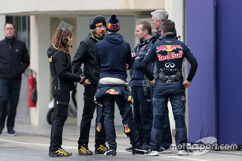 Pirelli technicians talks to Daniil Kvyat, Red Bull Racing