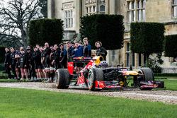 Даниэль Риккардо, Red Bull Racing с членами команды по регби