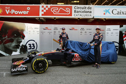 Max Verstappen, Scuderia Toro Rosso, und Carlos Sainz Jr., Scuderia Toro Rosso, enthüllen das Farbdesign des Scuderia Toro Rosso STR11