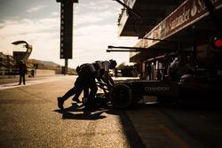 "فرناندو ألونسو، سيارة مكلارين ""أم.بي4-31""، داخل خط الحظائر"