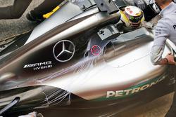 Lewis Hamilton, Mercedes AMG F1 W07 Hybrid mit Flow-vis-Farbe auf der Motorabdeckung