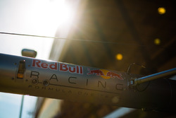 Logo de Red Bull Racing en el equipo de boxes