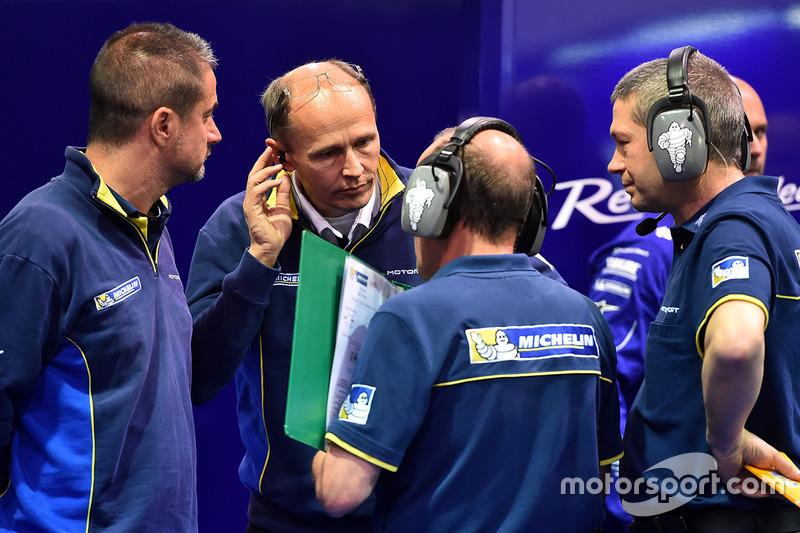 Nicolas Goubert, directeur technique Michelin Motorsport, et des ingénieurs Michelin