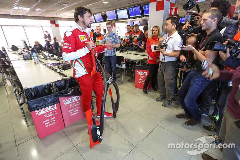 Alberto Antonini, jefe de prensa de Ferrari habla sobre la cubierta de la cabina de Halo a los medios de comunicación