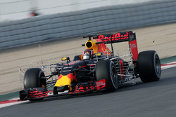 Daniil Kvyat, Red Bull Racing RB12, in pista con i sensori per i test aerodinamici