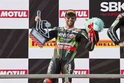 Il secondo Tom Sykes, Kawasaki Racing Team, sul podio