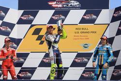 Podio: ganador de la carrera Valentino Rossi, segundo lugar Casey Stoner, tercer lugar Chris Vermeul