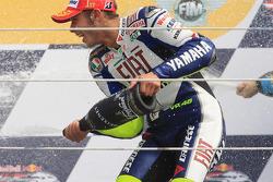 Podio: champagne para Valentino Rossi