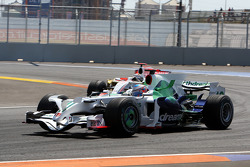 Дженсон Баттон, Honda Racing F1 Team, RA108 едет впереди Адриана Сутиля, Force India F1 Team, VJM-01