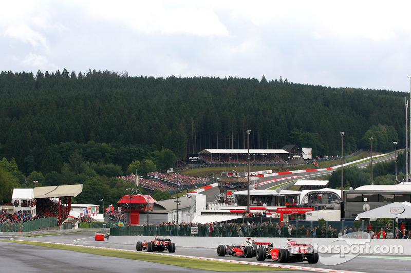 Kimi Räikkönen, Scuderia Ferrari; Lewis Hamilton, McLaren Mercedes