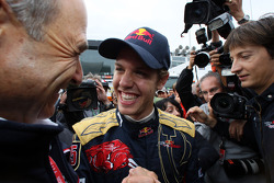 Winnaar Sebastian Vettel viert met Peter Sauber