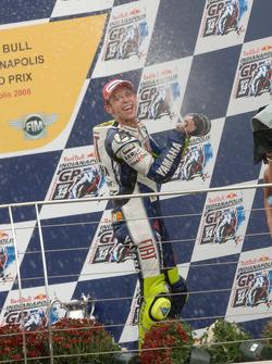 Podio: ganador de la carrera Valentino Rossi celebra con champagne