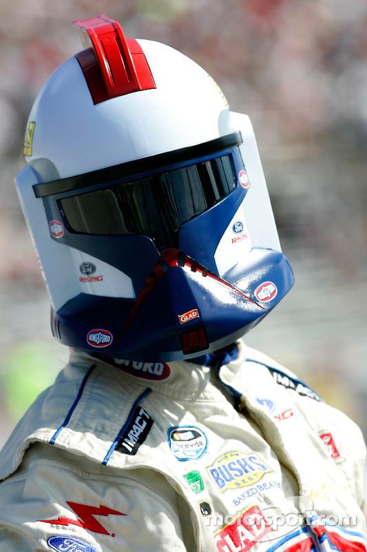 (NASCAR XFINITY) Marcos Ambrose lleva un casco de un soldado Stormtrooper de Star Wars