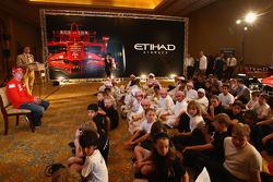 Kimi Raikkonen de Ferrari cumple locales escolares el Abu Dhabi Etihad Airways F1 Grand Prix 2009 en el Palacio de los Emiratos