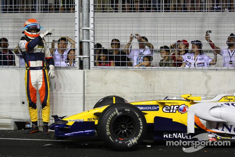 В 2008 году пилот Renault Нельсон Пике-младший намеренно разбил машину в нужный момент, чем обеспечил победу своему напарнику Фернандо Алонсо