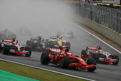 Arrancada: Kimi Raikkonen, Scuderia Ferrari, Heikki Kovalainen, McLaren Mercedes, Lewis Hamilton, McLaren Mercedes