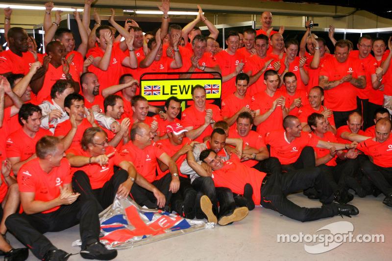Чемпион 2008 года Льюис Хэмилтон празднует с Роном Деннисом, Хейкки Ковалайненом, Педро де ла Росой и членами команды McLaren