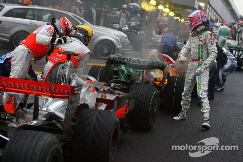 Campeón del mundo 2008 Lewis Hamilton celebra con Heikki Kovalainen y Jenson Button