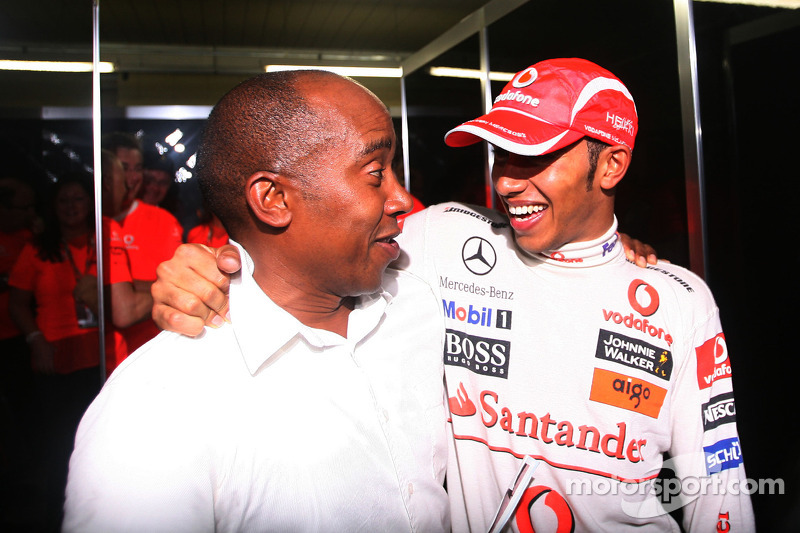 Campeón del mundo 2008 Lewis Hamilton celebra con su padre Anthony Hamilton