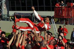 Felipe Massa celebra con los miembros del equipo Scuderia Ferrari