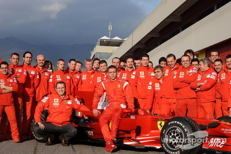 Valentino Rossi bersama anggota tim Ferrari di Mugello pada 2008