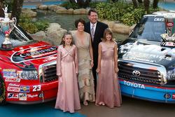 Johnny Benson avec sa femme Debbie, ses filles Mikayla et Katelyn au Seminole Paradise Courtyard au Seminole Hard Rock Hotel & Casino