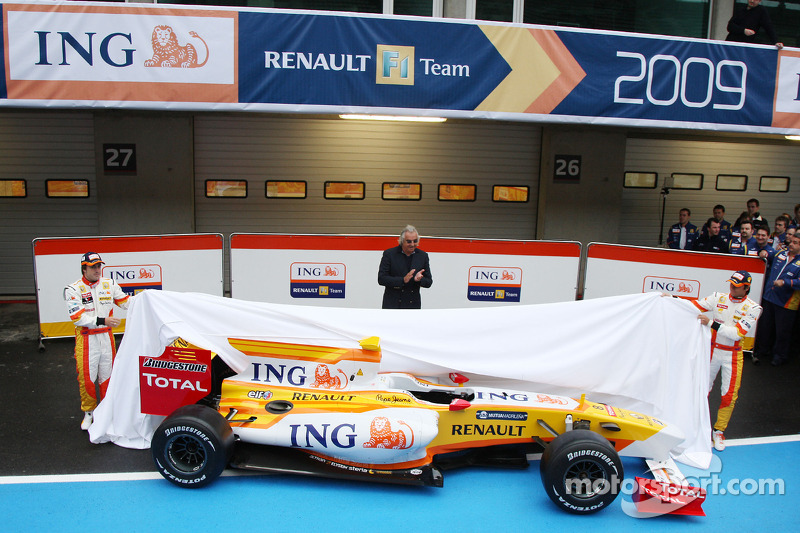 Fernando Alonso, Flavio Briatore and Nelson A. Piquet unveil the new Renault R29