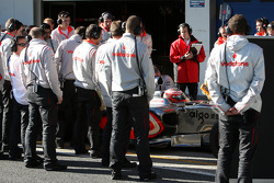 McLaren Mercedes mechanics surround Heikki Kovalainen, McLaren Mercedes, MP4