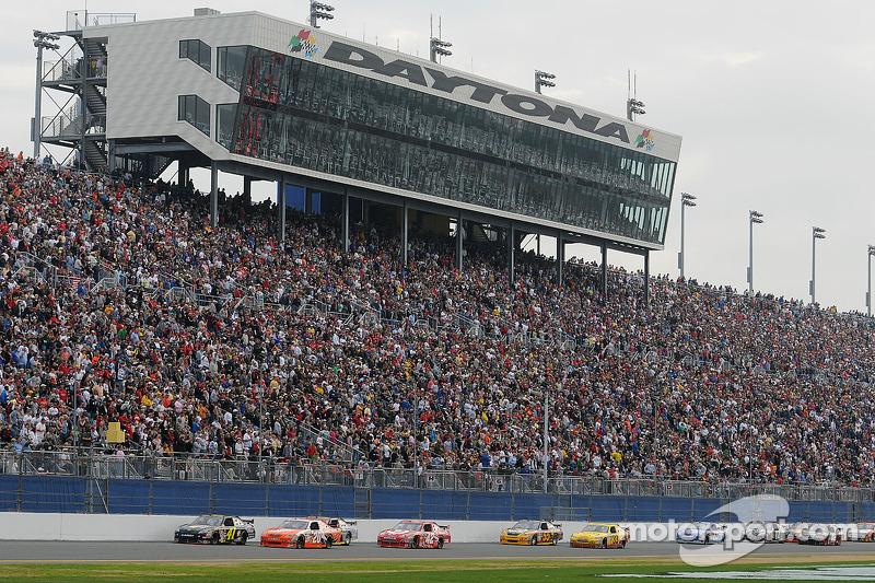 Jeremy Mayfield, Mayfield Motorsports Toyota, et Joey Logano, Joe Gibbs Racing Toyota, mènent un groupe