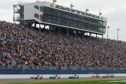 Kyle Busch, Joe Gibbs Racing Toyota, Dale Earnhardt Jr., Hendrick Motorsports Chevrolet, et Carl Edw