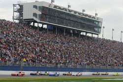 Kasey Kahne, Richard Petty Motorsports Dodge, mène un groupe de voitures dans la ligne droite