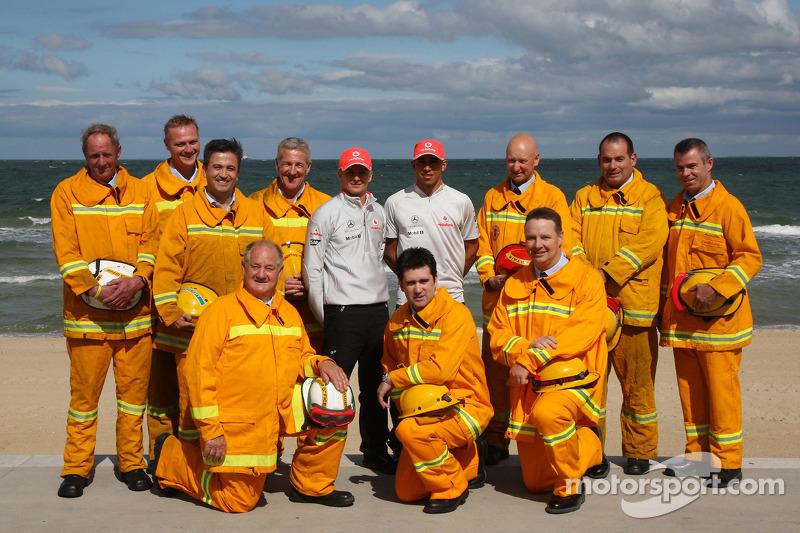 Heikki Kovalainen, McLaren Mercedes, Lewis Hamilton, McLaren Mercedes con un bombero