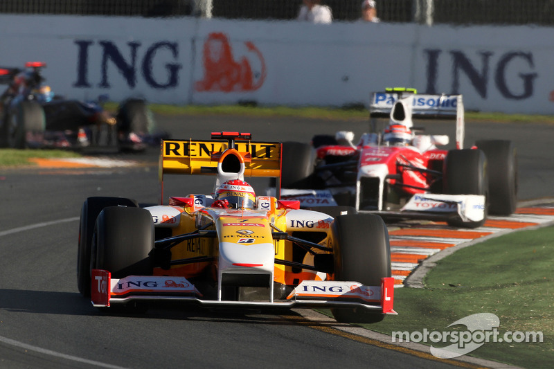 Fernando Alonso, Renault F1 Team, R29; Jarno Trulli, Toyota Racing, TF109