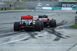 Lewis Hamilton await Felipe Massa