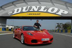 Patrick Dempsey pose avec une Ferrari F430 GT