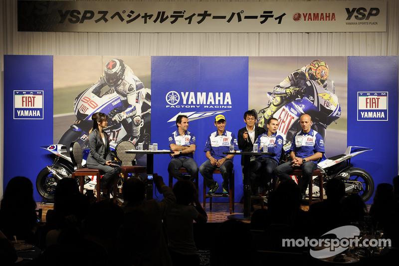 Lanzamiento Yamaha R1 en Tokio: Fiat Yamaha Team, Valentino Rossi y Jorge Lorenzo, Fiat Yamaha Team en el escenario