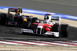 Jarno Trulli, Toyota F1 Team lidera a Sebastian Vettel, Red Bull Racing