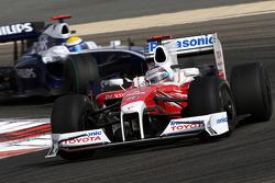 Jarno Trulli, Toyota F1 Team lidera a Nico Rosberg, Williams F1 Team