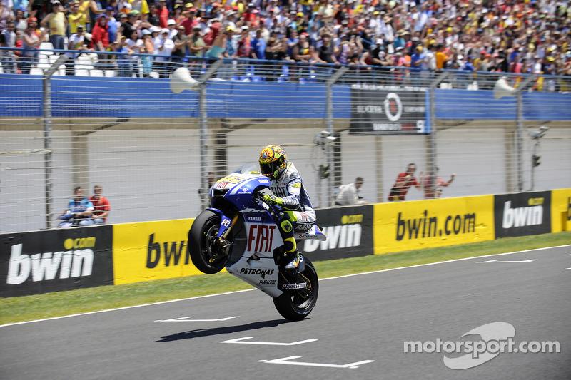 Valentino Rossi, Fiat Yamaha Team toma la bandera a cuadros