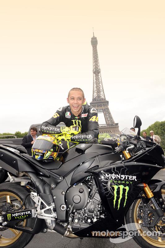 Valentino Rossi, Fiat Yamaha Team, frente a la Torre Eiffel en París