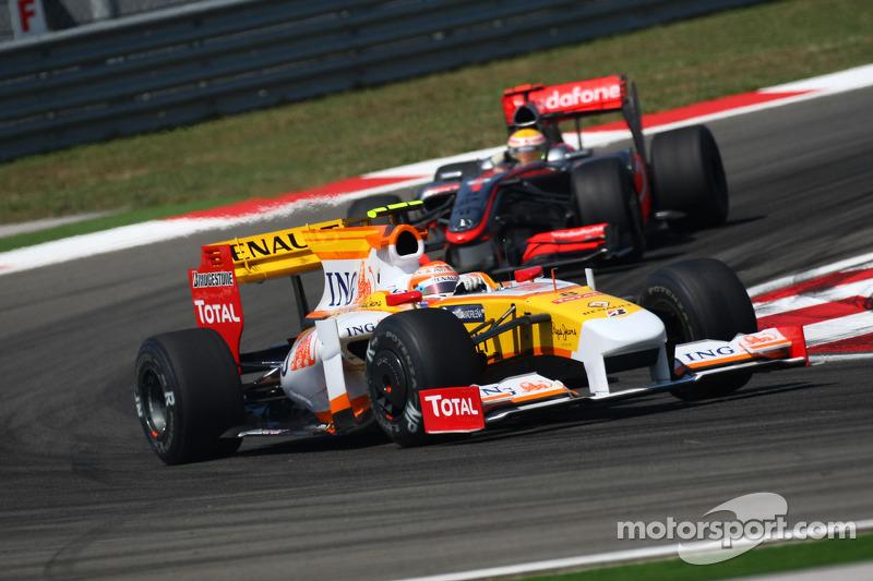 Нельсон Піке-мол. (Renault) та Льюіс Хемілтон (McLaren Mercedes)