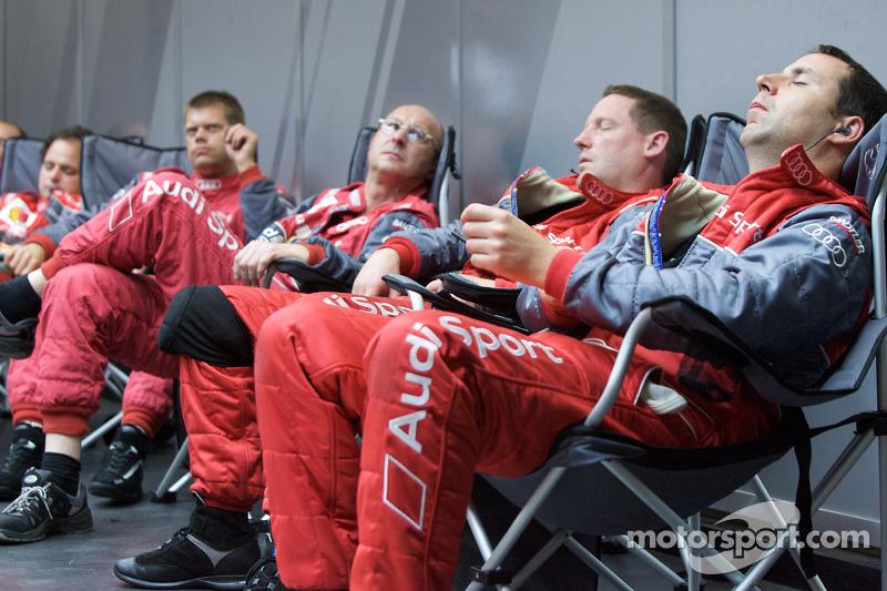 2009 год. Механики Audi Sport отдыхают между пит-стопами