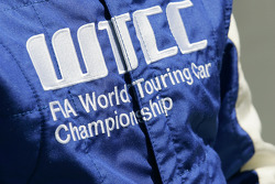 Логотип WTCC на гоночном комбинезоне пилота автомобиля безопасности Бруно Корреа