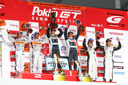 Podium GT300 : victoire pour Kazuki Hoshino et Masataka Yanagida, seconde place pour Morio Nitta et Shinichi Takagi, troisième place pour Hiroki Katoh et Hiroki Yoshimoto