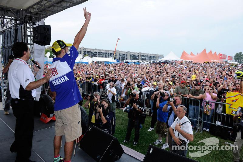 Valentino Rossi, Fiat Yamaha Team en el escenario de los fans