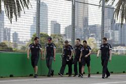 Max Verstappen, Scuderia Toro Rosso  camina por el circuito con el equipo