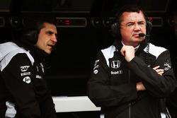 Андреа Стелла, гоночный инженер McLaren и Эрик Булье, гоночный директор McLaren