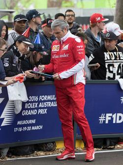 Maurizio Arrivabene, Ferrari Director del Equipo firma autógrafos para los fans