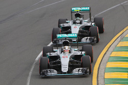 Lewis Hamilton, Mercedes AMG F1 Team W07, vor dem Teamkollegen Nico Rosberg, Mercedes AMG F1 Team W07