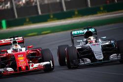 Lewis Hamilton, Mercedes AMG F1 Team W07 und Sebastian Vettel, Ferrari SF16-H, im Kampf um die Positionen